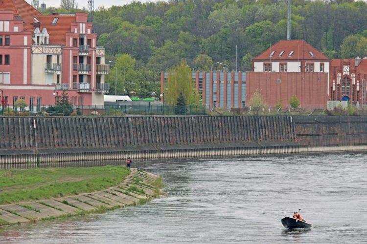 Warta: mur oporowy w rejonie ulicy Szyperskiej. Fot. Katarzyna Lesińska Fragmentowi muru oporowego nad Wartą grozi katastrofa budowlana