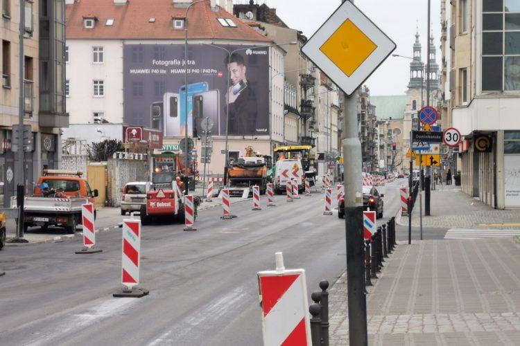 Poznań: remont nawierzchni na Garbarach. Widok w kierunku placu Bernardyńskiego