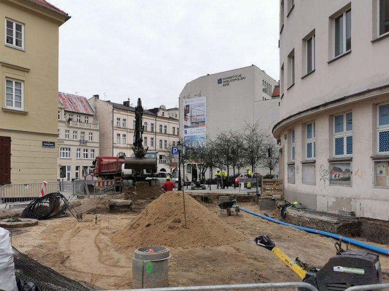 Zbliżenie na wykopki, w tle ulica Wodna