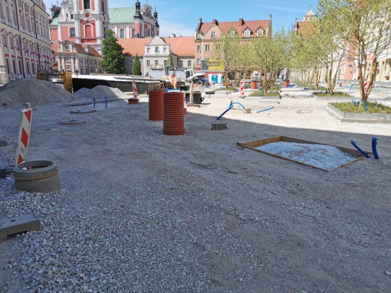 Cały plac wyłożono kruszywem tworzącym podbudowę