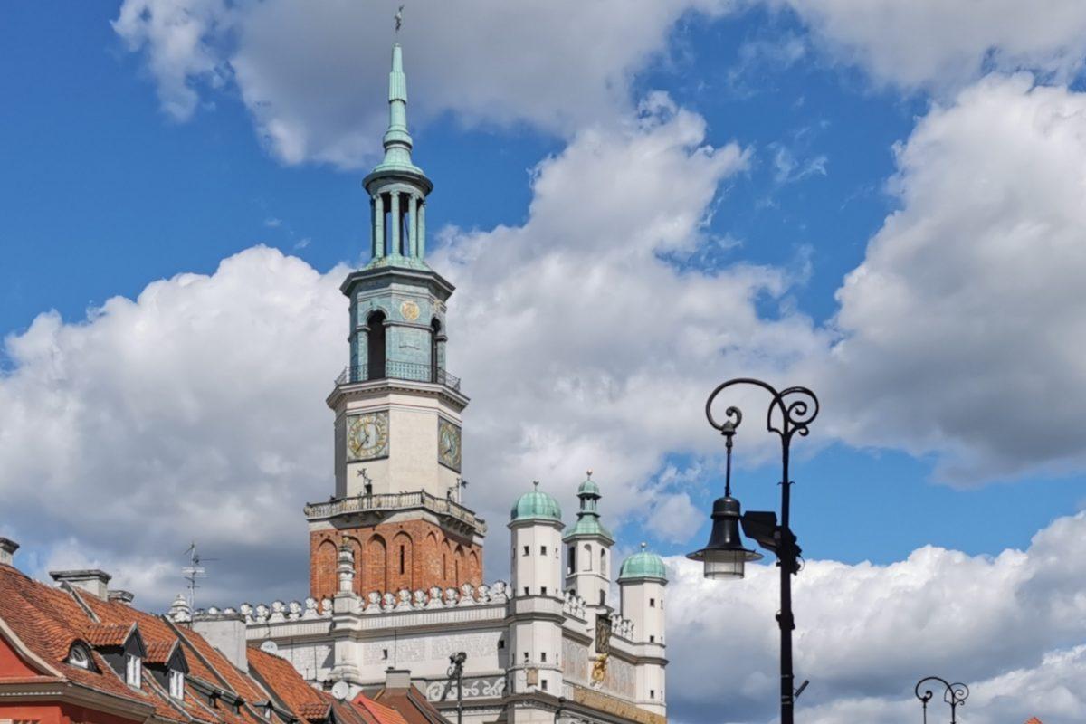Poznań, Stare Miasto: ratusz i latarnie na Starym Rynku oraz piękna, słoneczna pogoda