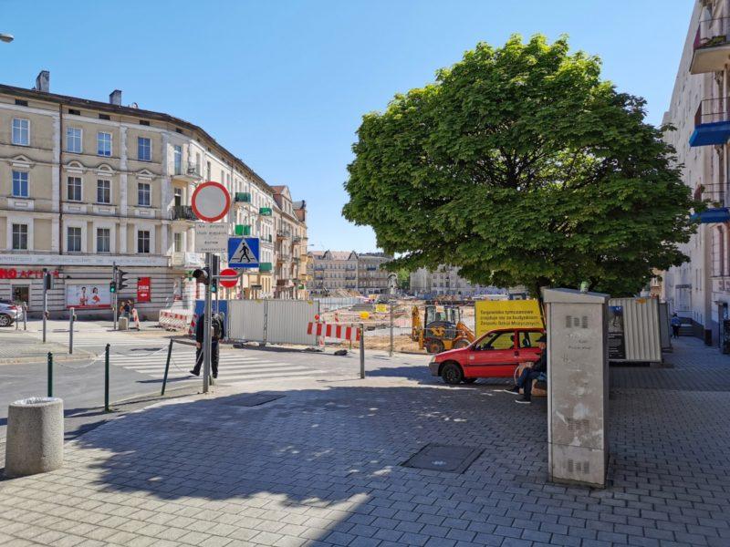 Wejście na Rynek Łazarski od strony ulicy Głogowskiej. Odnowa Rynku Łazarskiego, maj 2020