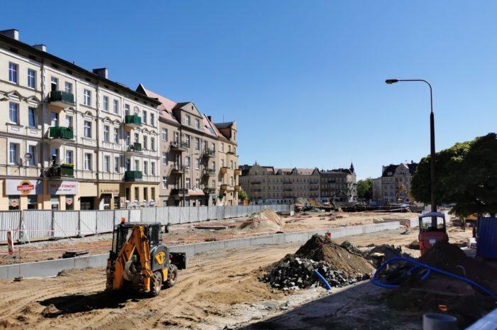 Leją beton na Rynku Łazarskim – majowa fotorelacja