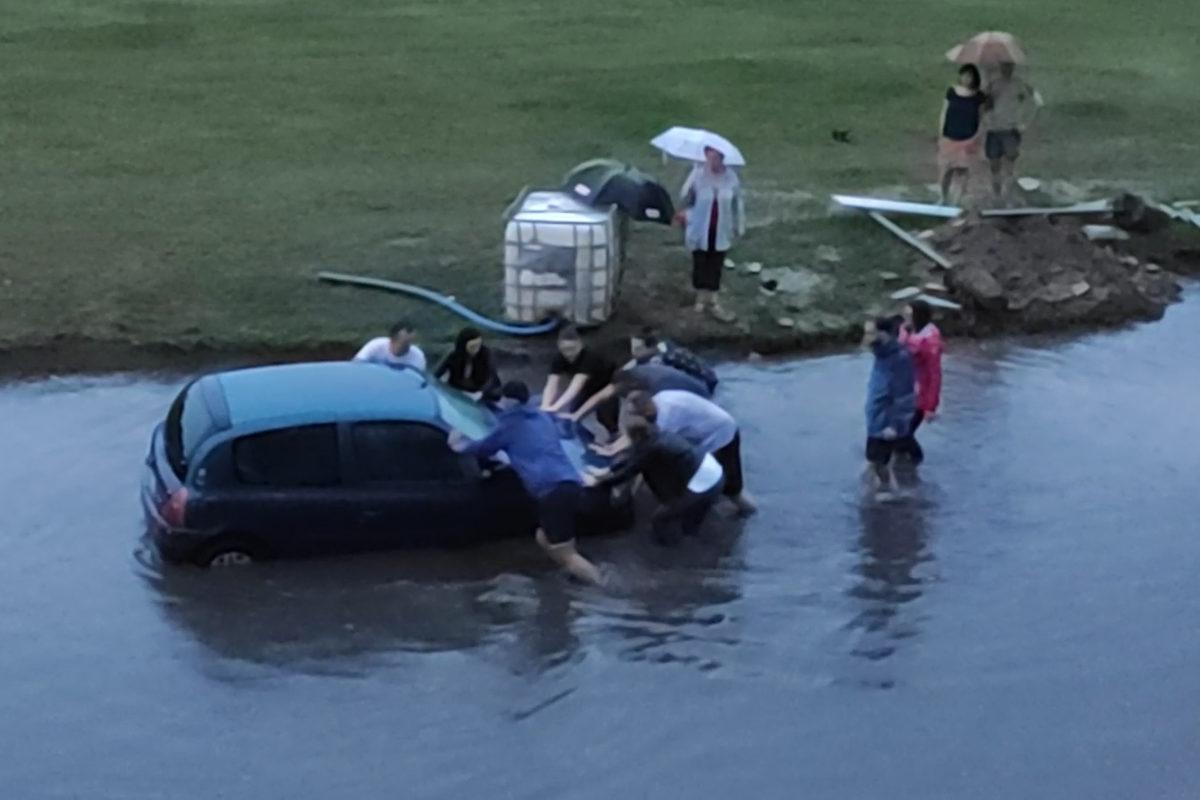Zatopione auta po ulewie na Dolnej Wildzie