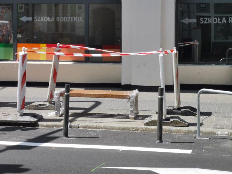 Na Garbarach pojawiają się ławki bez oparcia. Poznań Stare Miasto
