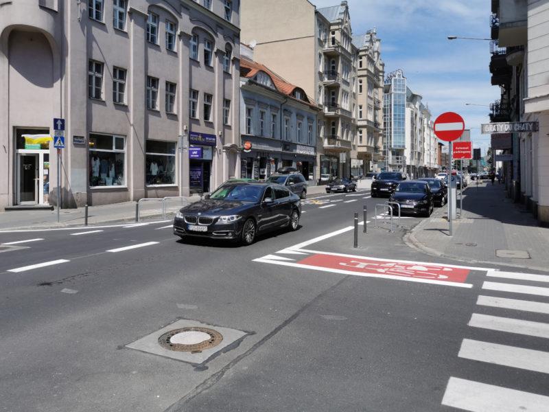 Okolice skrzyżowań i przejść dla pieszych osłupkowano, aby uniemożliwić zasłanianie widoczności przez parkujące samochody. Na zdjęciu skrzyżowanie Garbary / Woźna