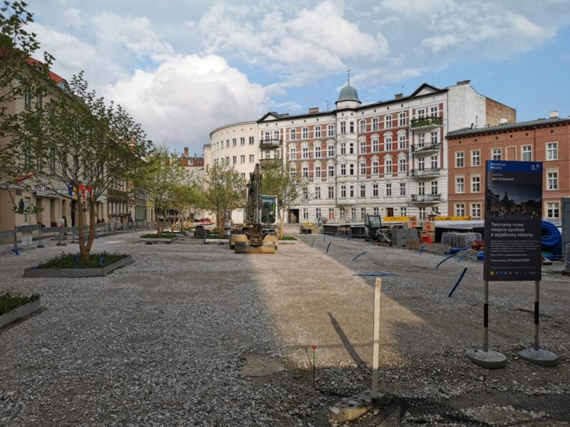 Widok z ulicy Koziej. Z tej strony najlepiej widać podbudowę z kruszywa (w porównaniu ze zdjęciem z maja)