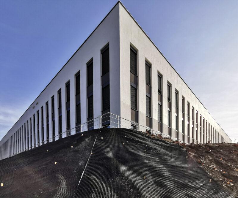 """W tym narożniku, zgodnie z planem miejscowym, znajduje się akcent architektoniczny. Czyli """"wyeksponowany fragment budynku bądź odcinek elewacji istotny w kształtowaniu przestrzeni"""""""