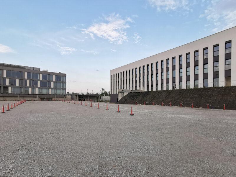 Jeden z dwóch naziemnych parkingów. Uważny czytelnik zauważy, że budynek Poznańskiego Centrum Superkomputerowo-Sieciowego także jest wyrównany względem poziomu budynków PP