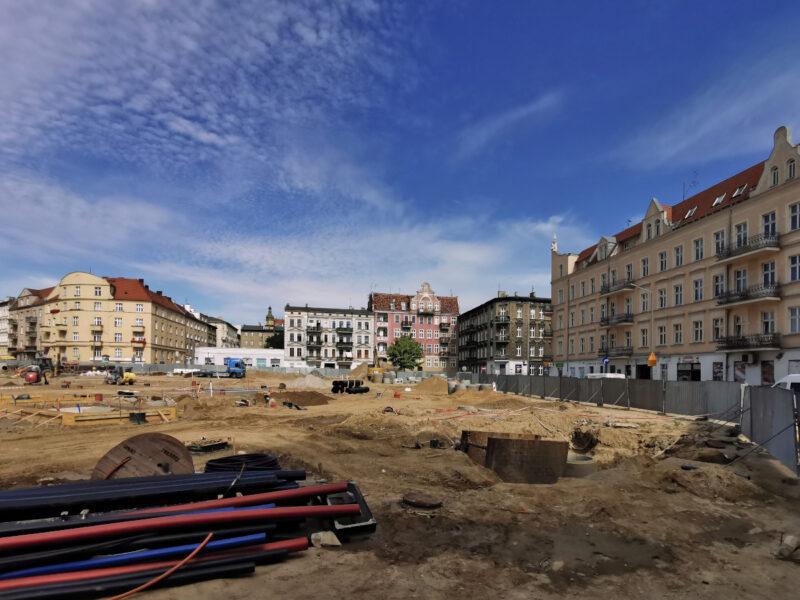 Poznań - rewitalizacja. Widok z ulicy Caliera. Na pierwszym planie układanie instalacji podziemnych