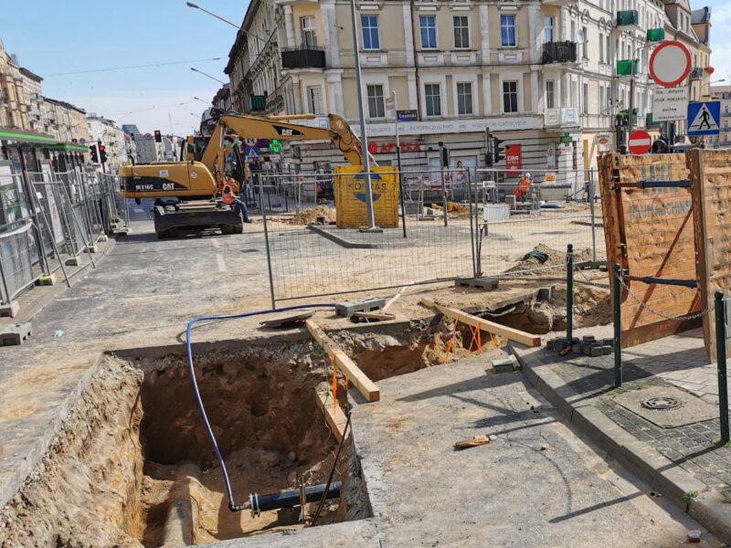 Wejście na Rynek Łazarski od strony ulicy Głogowskiej. Odnowa Rynku Łazarskiego, lipiec 2020