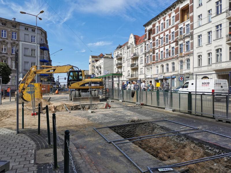 Budowlańcy podłączają sieć wodociągową z rynku Łazarskiego