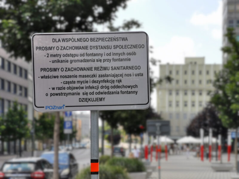 Tabliczka z prośbą o rozsądne zachowanie przy fontannie na ulicy Święty Marcin