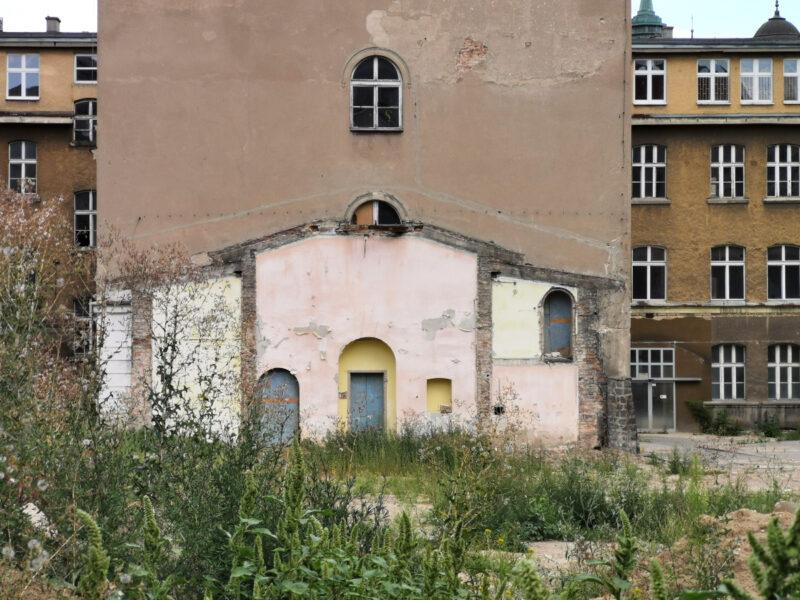 Część budynków kolidujących z planem budowy wyburzono. Centrum Senioralne Poznań