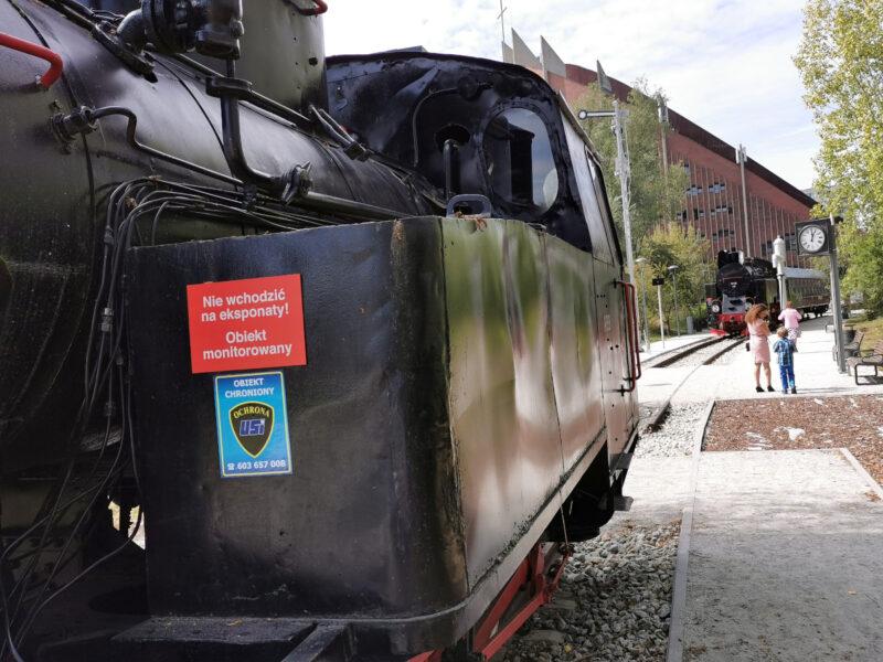 A w skansenie Średzkiej Kolei Powiatowej - widać ochroniarską tabliczkę