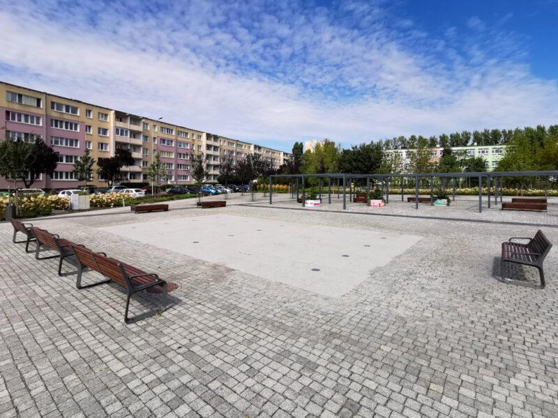 Plac przy szkołach. Schludny, zadbany, pełny granitu