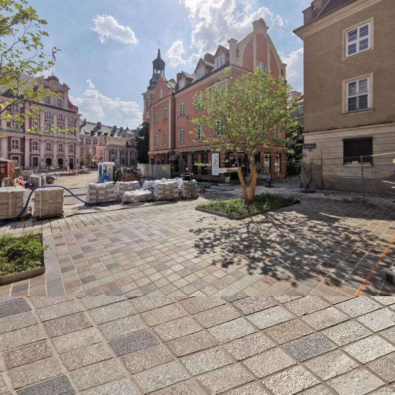 Widok z ulicy Ślusarskiej. Plac Kolegiacki, rewitalizacja śródmieścia Poznania