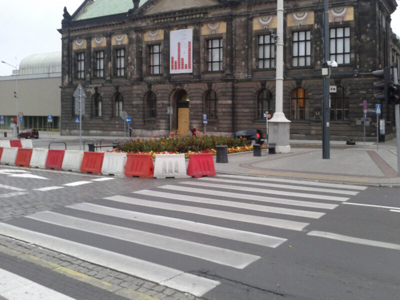 Wrzesień 2015. Kiedyś al. Marcinkowskiego w miejscu wlotu w plac Wolności miały 3 pasy ruchu. Po zmianach pozostały 2, dziś jest 1. Korków brak