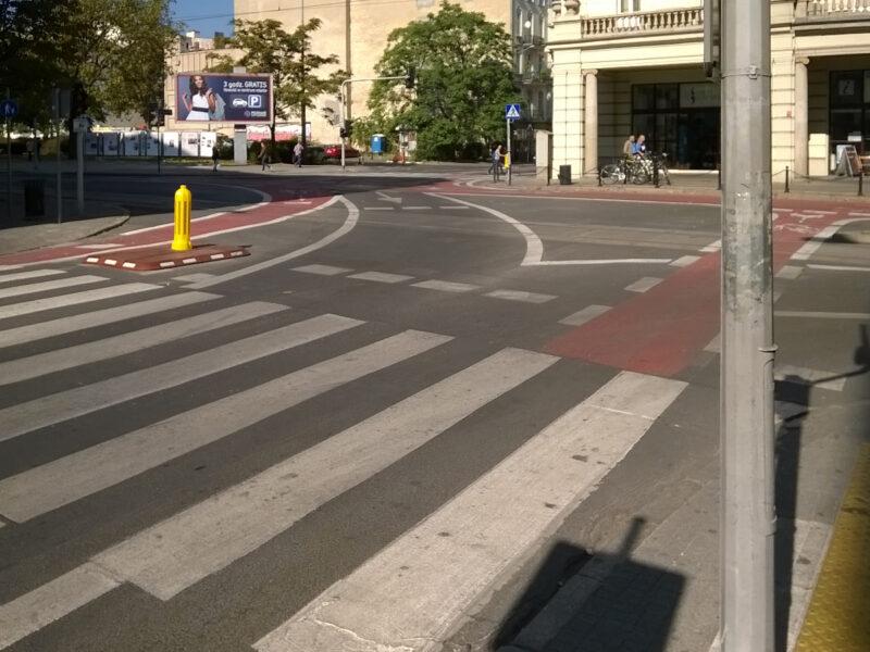 Wrzesień 2016, polowanie na korki na zwężonym skrzyżowaniu Ratajczaka / plac Wolności / 27 Grudnia