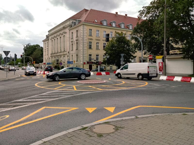 """Sierpień 2017, rondo pod Starym Browarem. To ze strachu przed tymi """"korkami"""" protestowało centrum handlowe"""