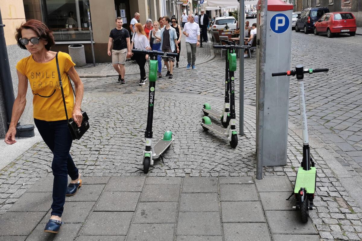 Lime: zastawienie większości chodnika - ulica Szkolna