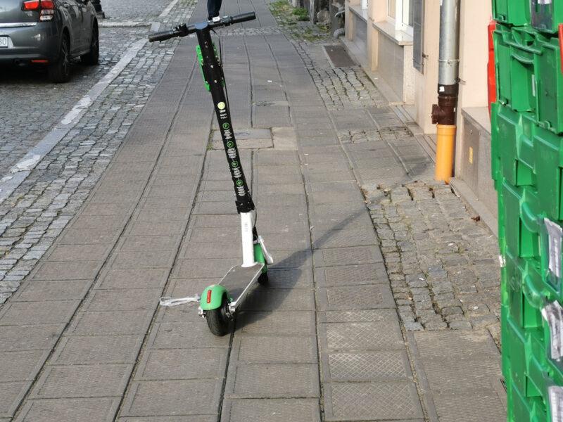Lime: hulajnoga na środku chodnika - ulica Chwaliszewo