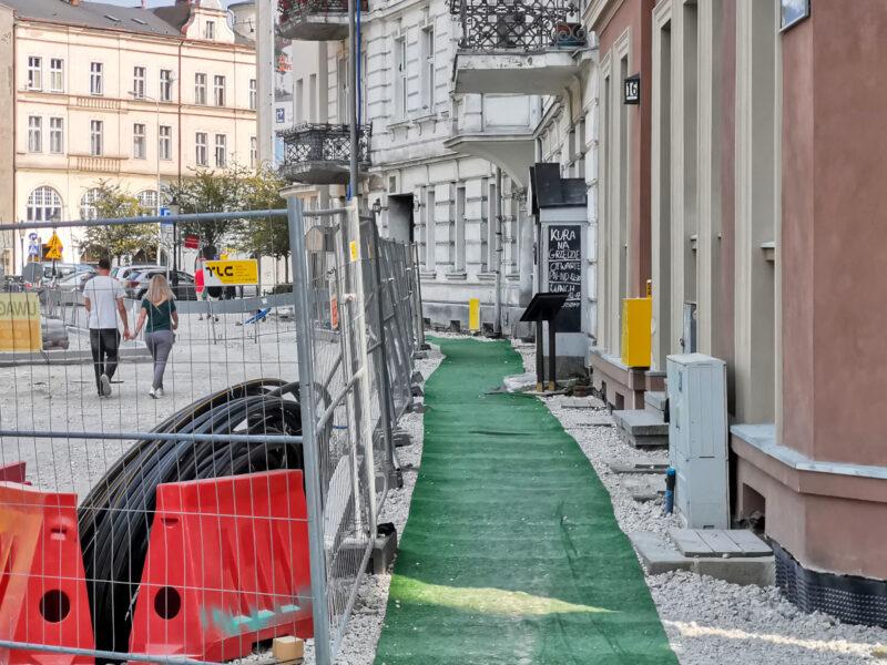"""W południowej części placu ruch pieszych odbywa się po """"chodnikach"""" wyłożonych zielonym dywanikiem"""