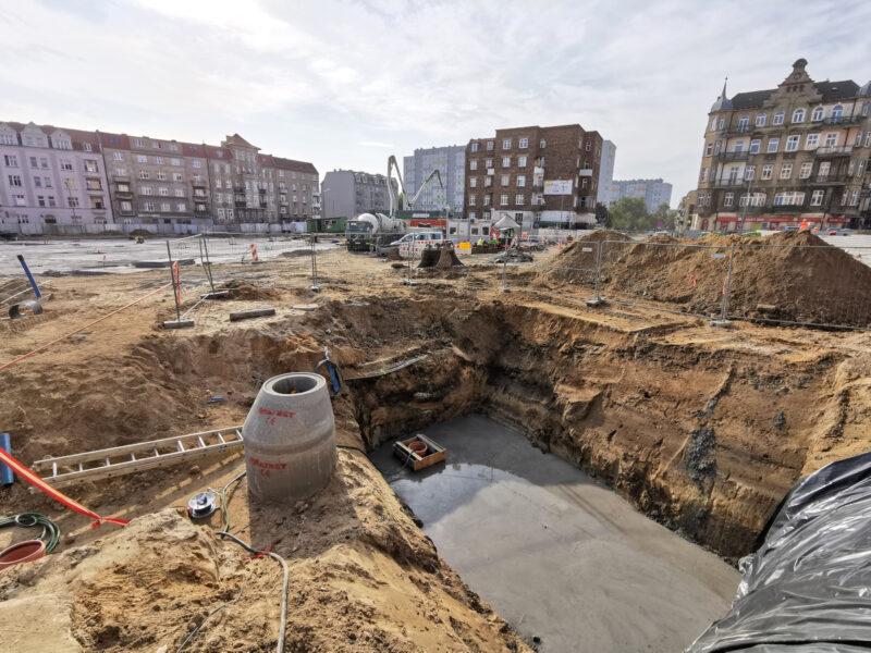 Przesuwamy się bliżej ulicy Lodowej. Na dole kadru wykop pod podziemną komorę techniczną fontanny