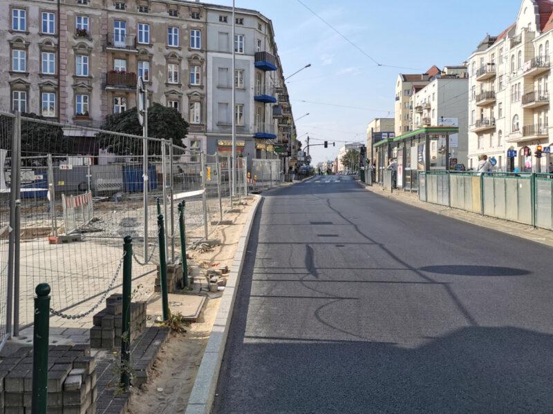 Przejścia wzdłuż ulicy Głogowskiej nie ma. Śmiałkowie idą między płotem a jezdnią, co nie jest zbyt bezpieczne...