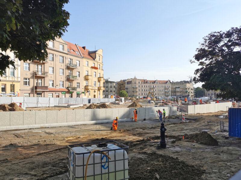 Kończy się układanie ścianek na skwerze Kazimierza Nowaka