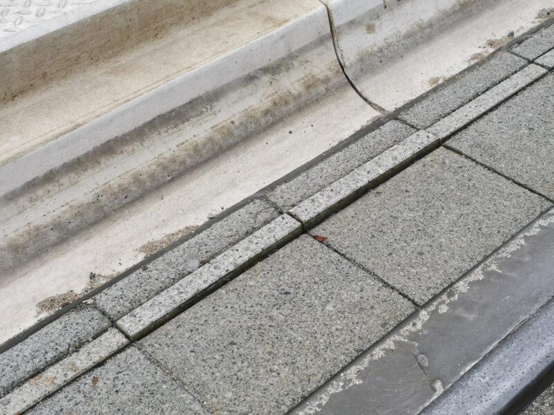 Wyskakująca kostka przy torowisku tramwajowym. Projekt Centrum