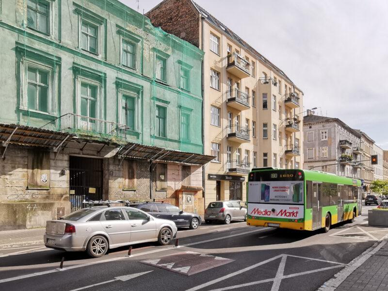 Ulica Garbary Poznań. Do tej pory nie rozpoczął się remont najbardziej zdewastowanych kamienic. Na pierwszym planie progi poduszkowe