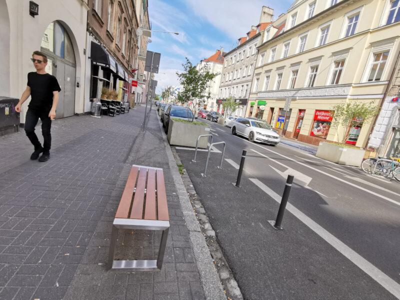 W wielu miejscach pojawiły się stojaki rowerowe i ławki (niestety bez oparć)