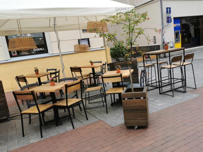 Właściciele restauracji muszą tak ustawić stoliki, aby zapewnić minimalną odległość między nimi