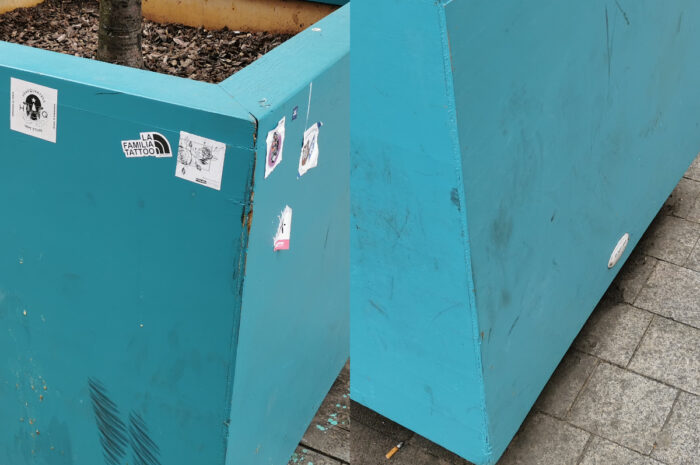 Trzy miesiące po odmalowaniu donic na Wrocławskiej: brud, wlepki i brak reakcji