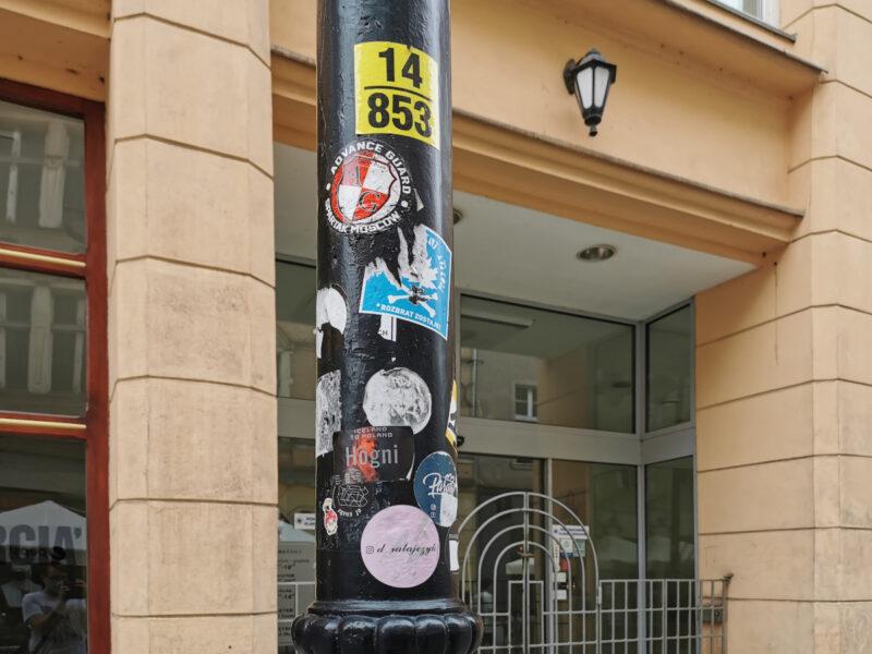 Regularne czyszczenie latarni (z darmową reklamą tatuażystki, dodajmy) także przerasta możliwości drogowców
