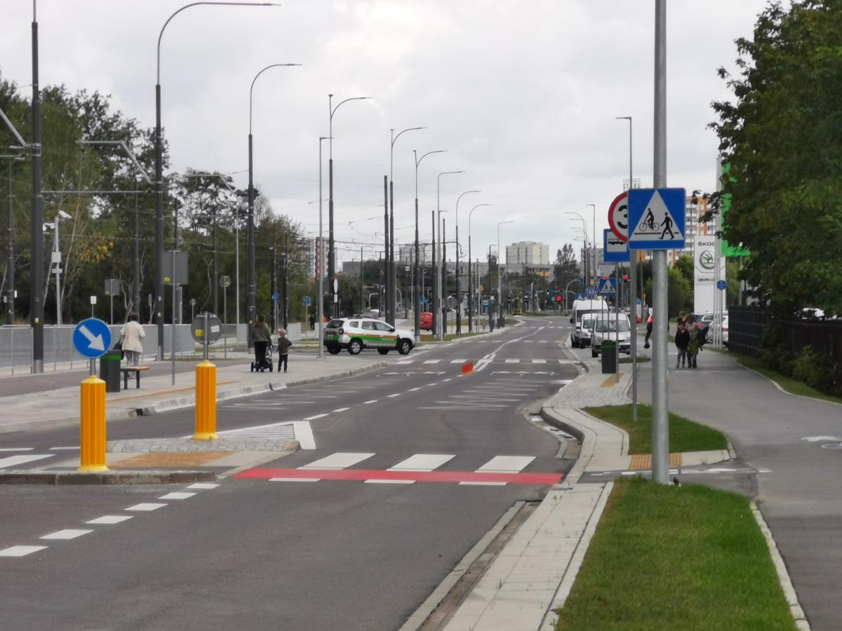 Jezdnia ulicy Unii Lubelskiej. W tle progi poduszkowe
