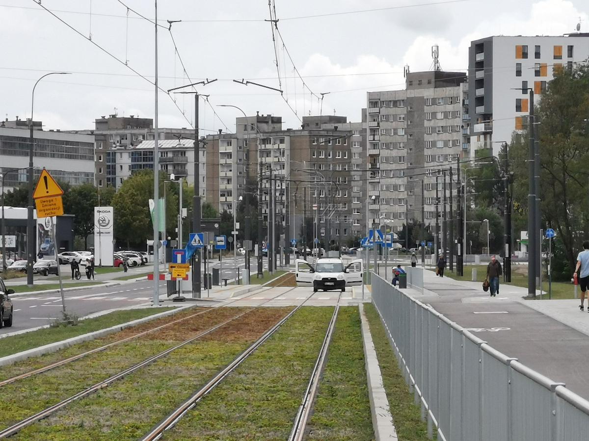 Trasa w ulicy Unii Lubelskiej: zielone torowisko tramwajowe