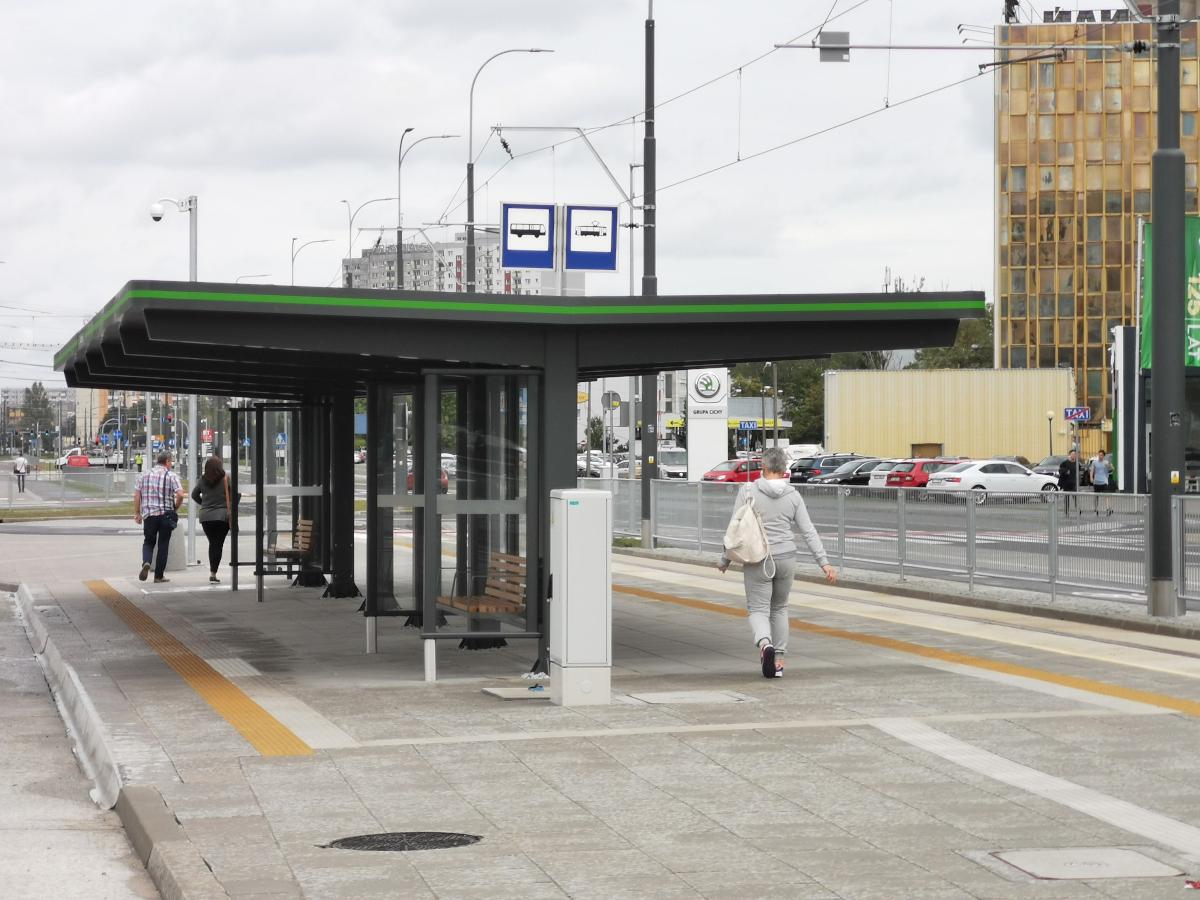 Duża wiata na pętli tramwajowo-autobusowej Unii Lubelskiej