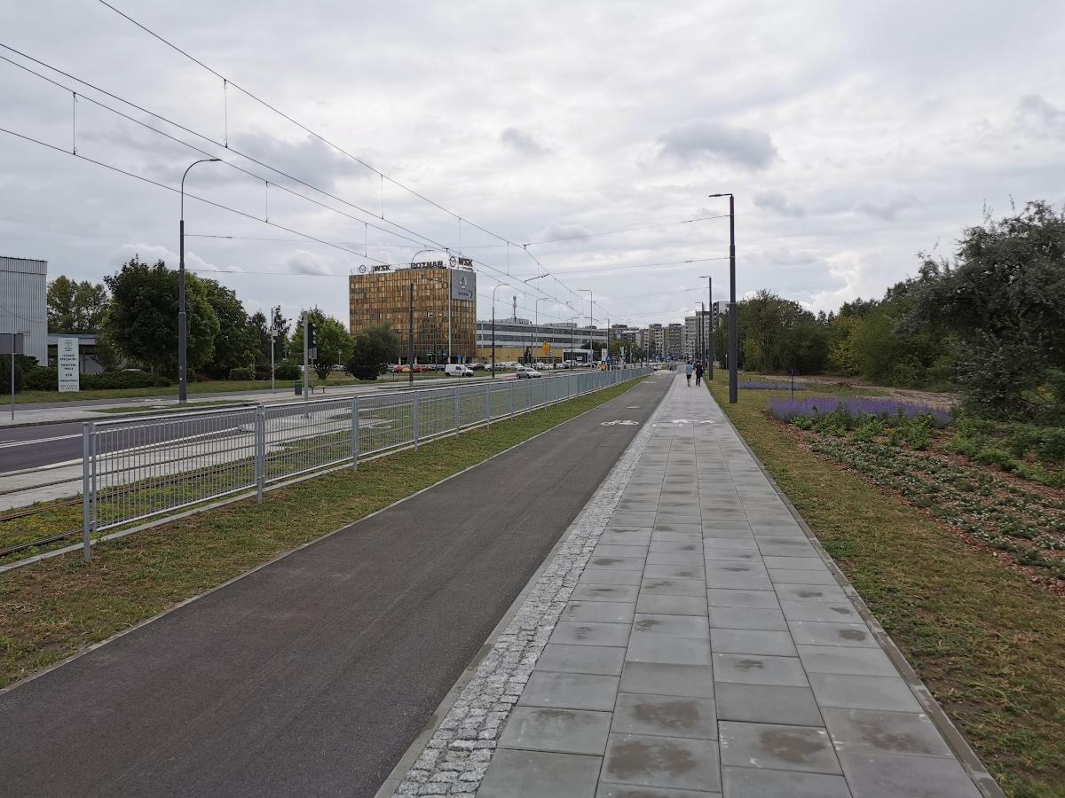 Typowy standard chodnika: z płytek betonowych, o szerokości 2 metrów