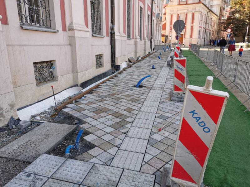 Rozpoczęło się układanie chodnika pod Urzędem Miasta Poznania