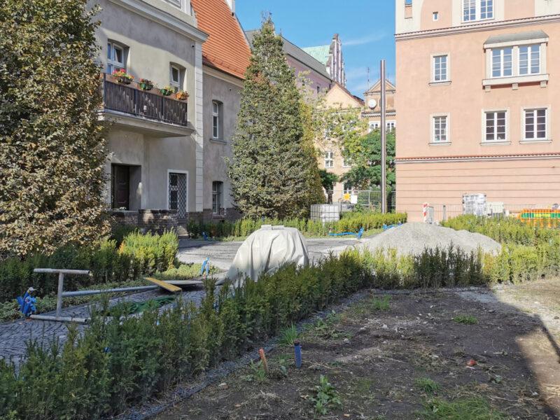 Skwer z koziołkami nadal pełni funkcję składziku na materiały budowlane. Poznań Stare Miasto