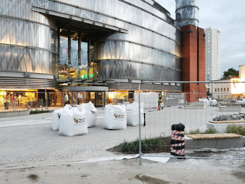 Bezpośrednio przed centrum handlowym pozostawiono więcej powierzchni utwardzonej. Z lewej strony zdjęcia znajduje się fontanna posadzkowa
