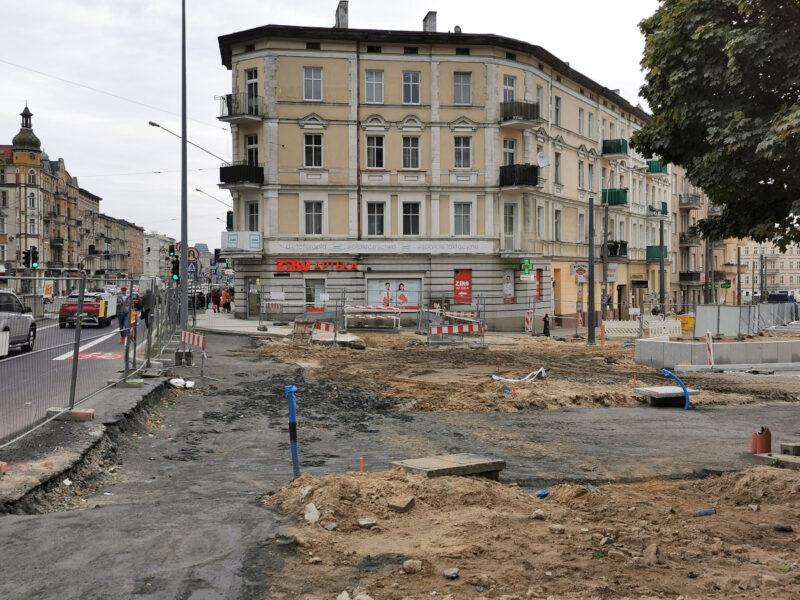 Wejście na rynek Łazarski od strony ulicy Głogowskiej. Odnowa rynku Łazarskiego, październik 2020