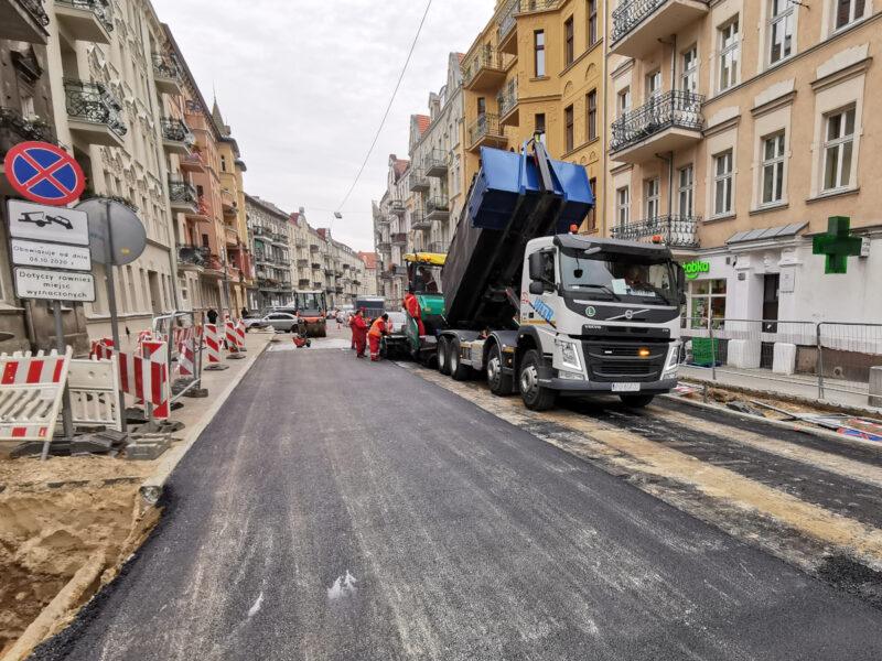 W tym samym czasie trwało asfaltowanie końcówki ulicy Małeckiego przy rynku Łazarskim
