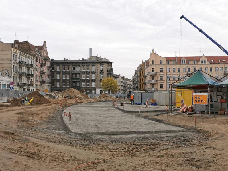 Widzimy podbudowę pod drogę przez plac (wjadą tu tylko pojazdy upoważnione i rowerzyści)