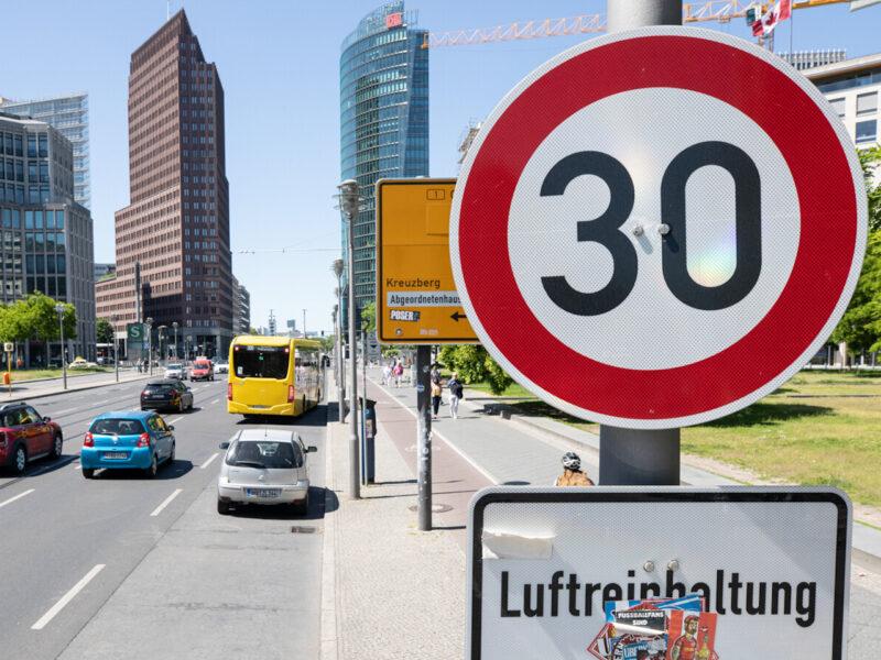 Ulica Lipska (Leipziger Straße). Szerokość pasów ruchu - 3 metry, ograniczenie prędkości do 30 km/h. Źródło: Berliner Zeitung