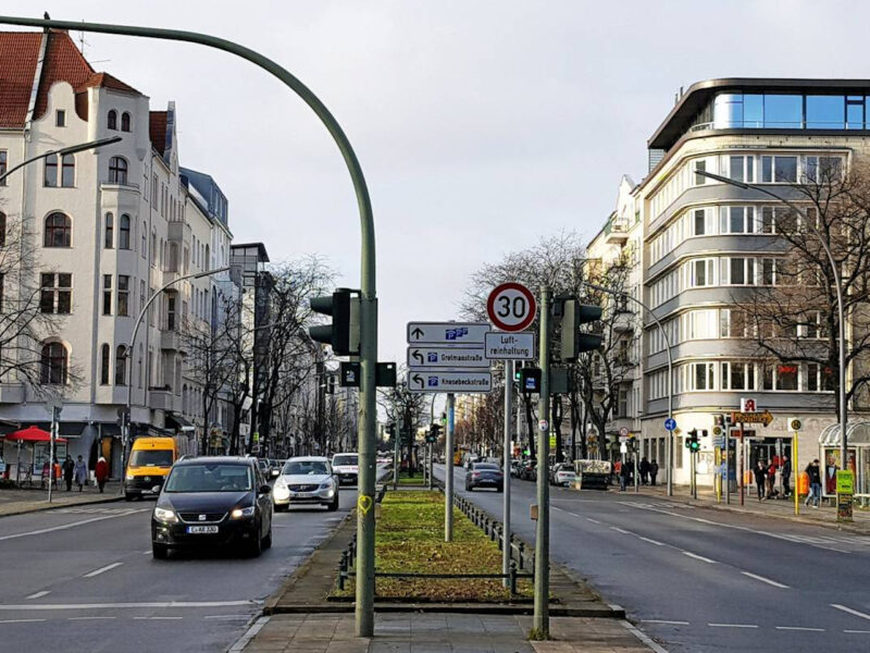 Berlińska dwupasmówka z ograniczeniem prędkości do 30 km/h z powodu zanieczyszczeń powietrza. Źródło: Berliner Morgenpost