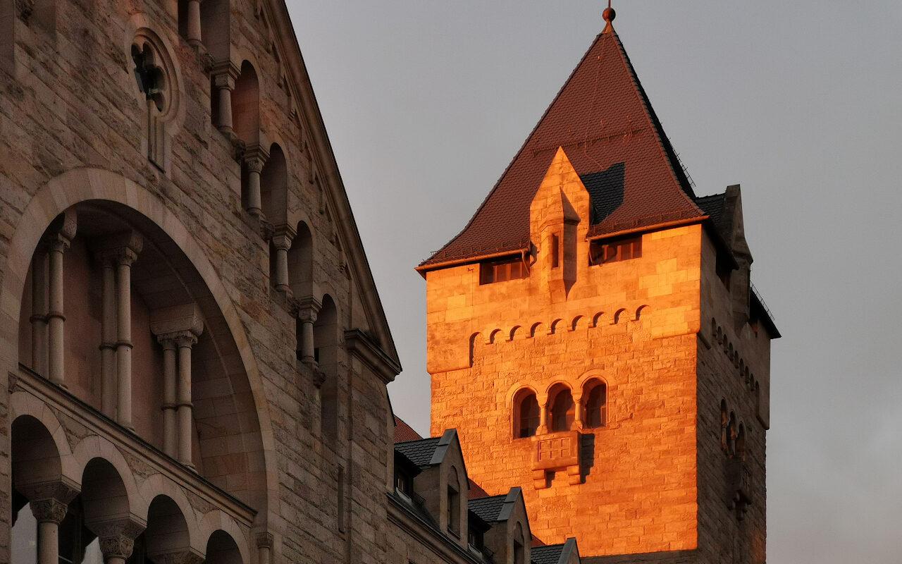 Zamek Cesarski (Centrum Kultury Zamek) w promieniach zachodzącego słońca