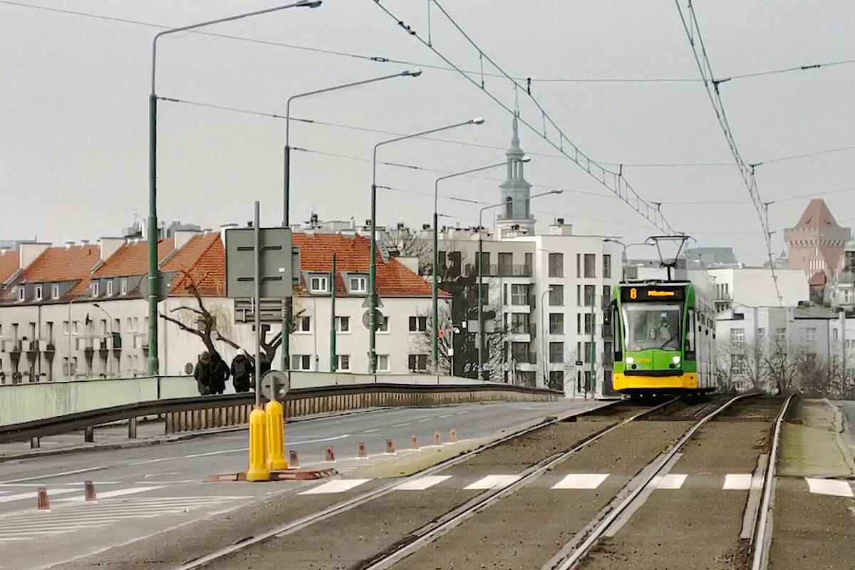 Most Chrobrego w Poznaniu (a na nim tramwaj). W tle widok na Stare Miasto, Ratusz i Zamek Przemysła